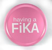 Bricka rund 31 cm, Having a Fika, rosa/vit text