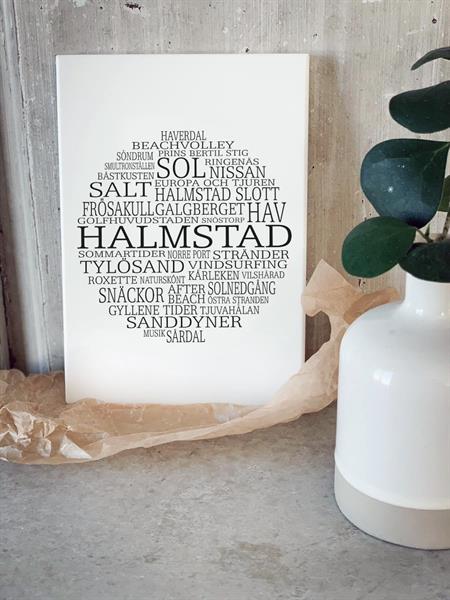 Trätavla A5, Halmstad, vit/svart text