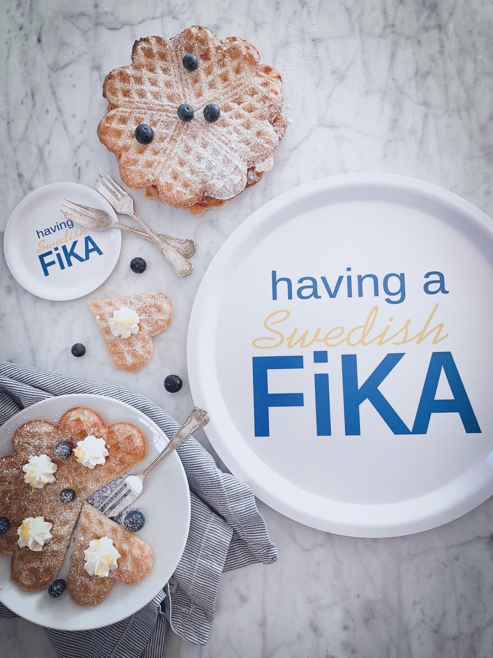 Glasunderlägg kant, Swedish Fika, vit/blå-gul text