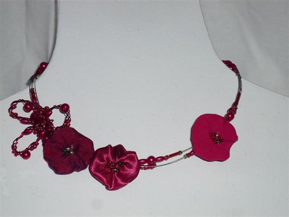 5. Halsband i rött av textil, metalltråd och pärlor