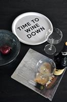 Bricka rund 31 cm, Wine down, vit/svart text
