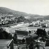 Ett eldre bilde med Lynghaug Skole i front.