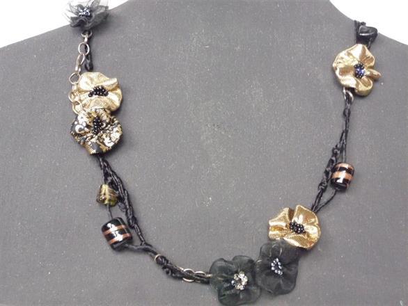 9. Halsband av textil, pärlor, tråd och kedjor