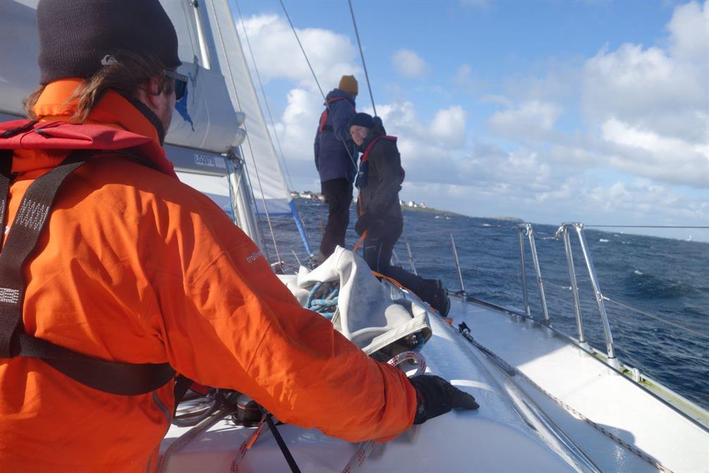 Seiling i frisk bris mot Tungenes fyr - fra seilkurset sept 2018