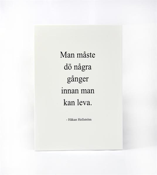 Trätavla A5, Man måste dö, vit/svart text