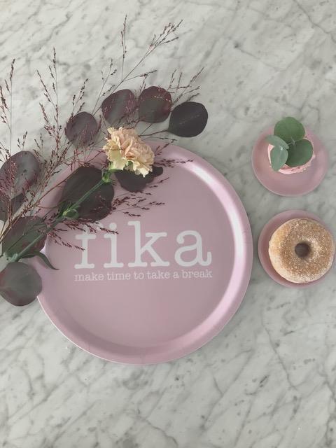 Bricka rund 31 cm, Make time FIKA, rosa/vit text