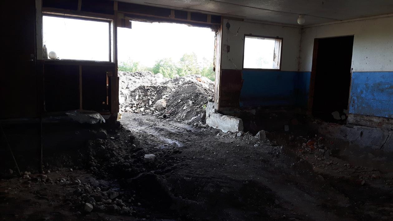 Ungefär 350 m3 har skyfflats ut ur ladugården