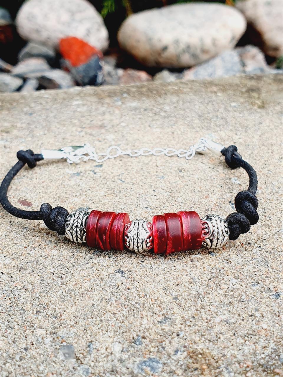 Herr armband äkta läder med röda kokospärlor