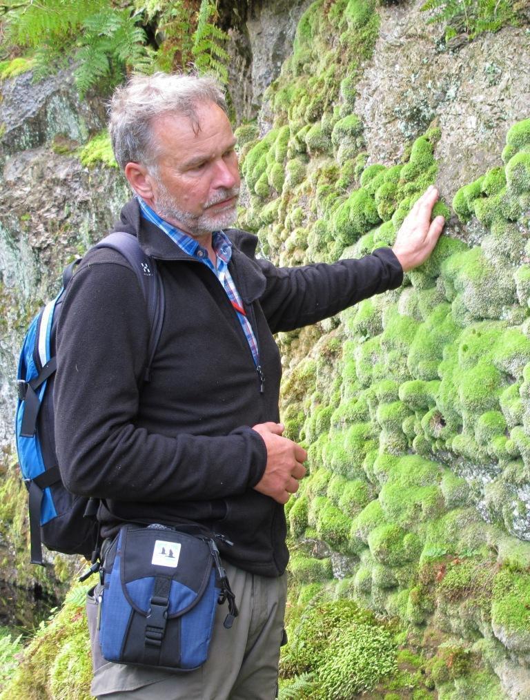 Olle Molander förevisar sällsynta mossor. Foto Ann-Christin Borg