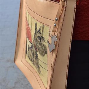 Handsydd väska med skottebild