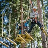 I tillegg til barneløype har vi fire løyper for større barn og voksne, med blant annet tarzanhopp og lange ziplines. Det er ulik høyde og vanskelighetsgrad på løypene. Minimum høyde i disse løypene er 115cm. Kom og besøk oss oppe i trærne!