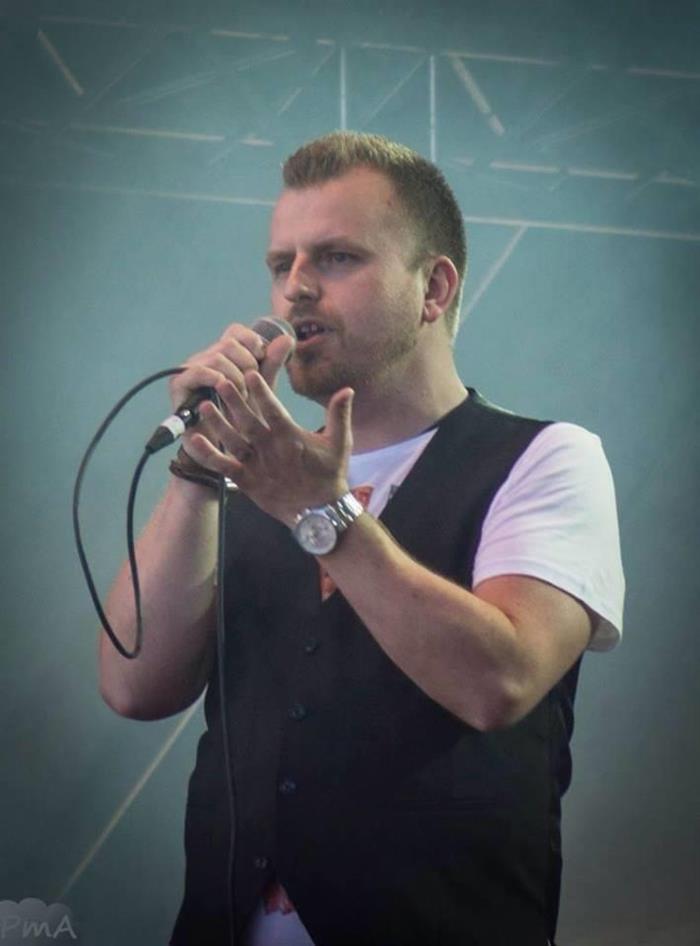 Artist, låtskrivare och medium - en bussolycka hjälpte Mattias framåt