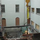 Rivning av bygg i bakgård med Brokk90 i tårnkran
