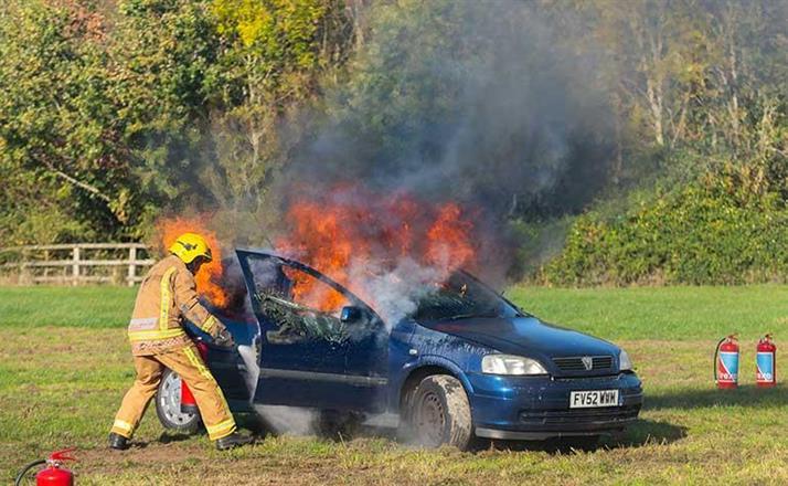 Vid en bilbrand kan flera tusen liter vatten behövas. Firexo 9 liters släckte denna brand på 45 sekunder
