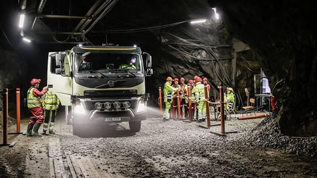 Lastbilen styr sig själv 800 meter under marken
