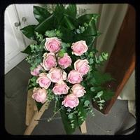 Begravningsbukett med rosa rosor och grönt