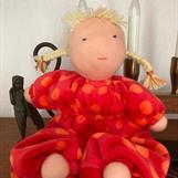 SÅLD! Mellanbarn i rött med blonda flätor - klicka för att beställa!