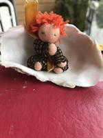 Svartguldig lyxdocka i ostronskal