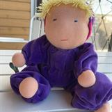 SÅLD! Mellanbarn i lila velour med luva & blond lugg.