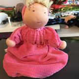SÅLD! Påsdocka i rosa våfflad velour med luva och blont hår (ca 25 cm lång)