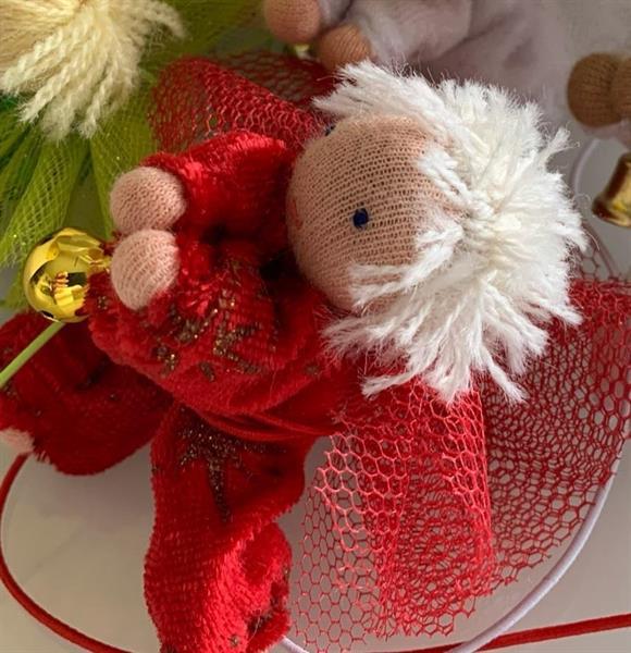Liten julröd skyddsängel med kort vitt hår