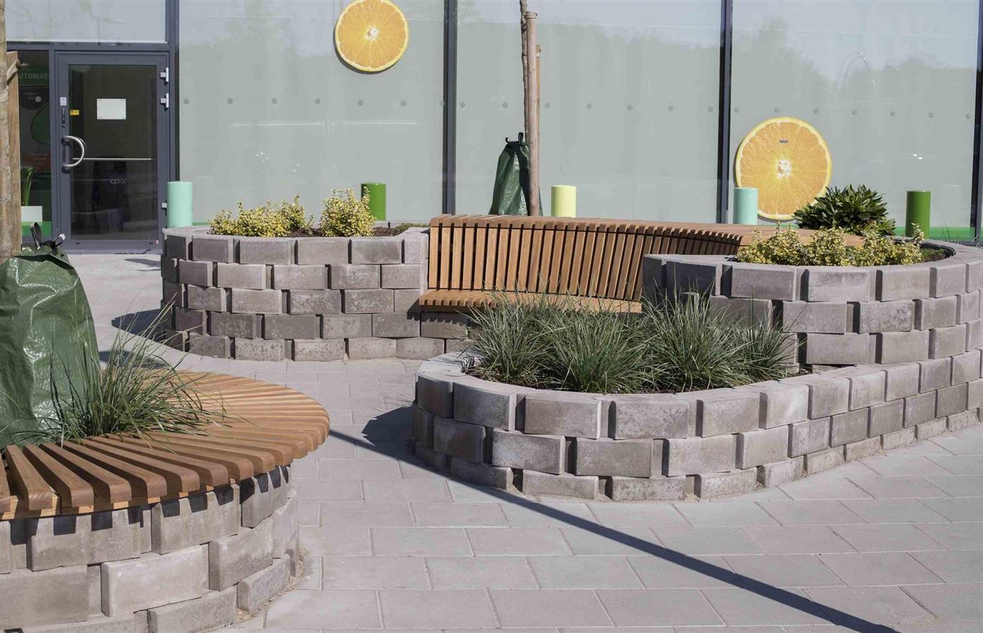 mur med tre benk