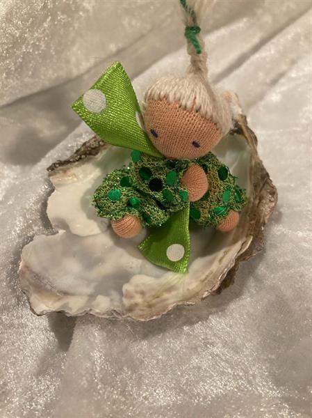 Grön lyxdocka i ostronskal