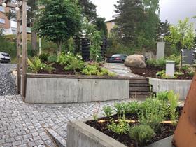 Kebony på plasstøpt betongmur i rekkehushage