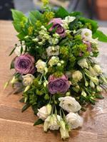 Begravningsbukett i lila och vitt
