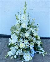Stående begravningsdekoration med vita blommor