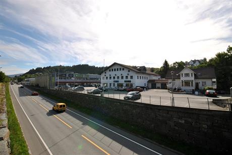 NESTTUN Hel toppetasje, med god takhøyde, gunstige leiebetingelser og stor parkering tilhørende bygg