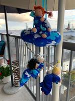 Stor dockmobil med 4 dockor och ring i samma blå velour