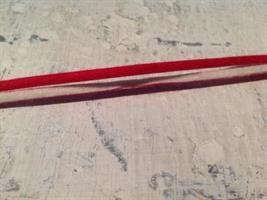 Filtband i vitt och rött.