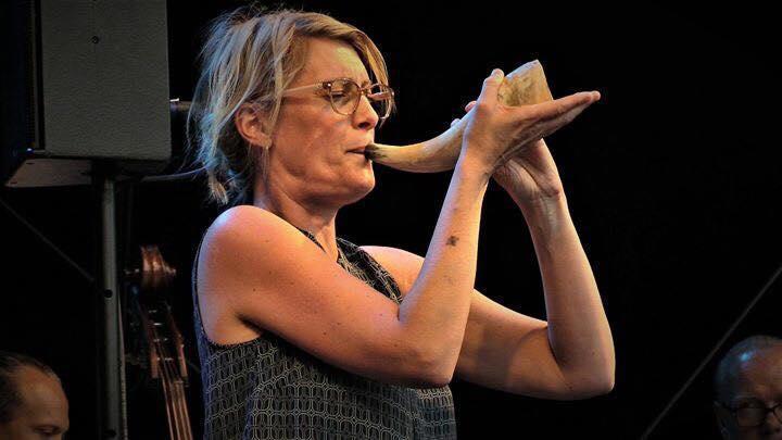 Vida Världen på stora torget 9 aug. Lotta spelar kohorn.