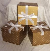 Guld kartong med rosett 20x20x16,5cm