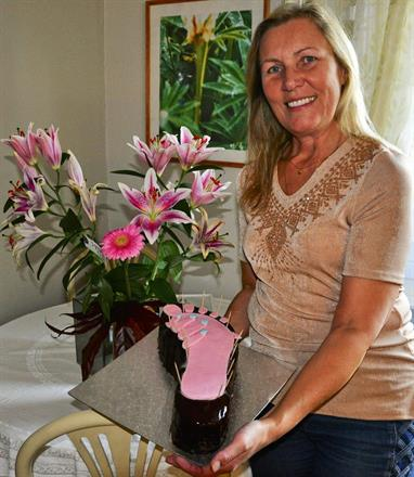Blommor och tårta från glad & lycklig kund