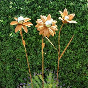 Rostig blomma med silverklot