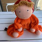 Mellanbarn i orange dräkt med randig luva och melerad lugg - 300 kr -  klicka för att beställa