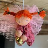 Liten rosa skyddsängel med röda Pippi-flätor - Klicka för att beställa