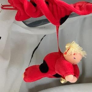 Barnvagnsmobil - röd med 3 dockor