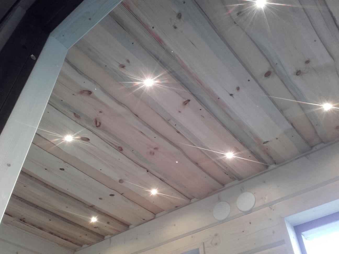 Katto valmistui tuppeen työstetystä laudasta jonne upotimme tunnelmavalot.