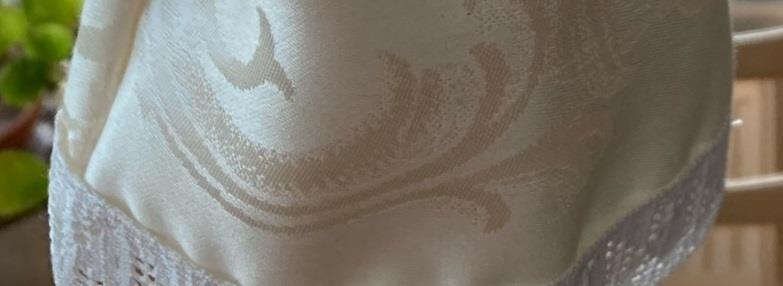 Vacker gammeldags kaffeduk som avslutas med vit spets!