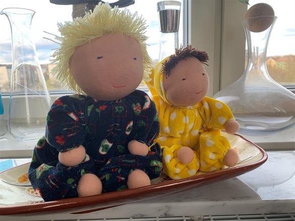 Den stora dockan är ca 30 cm lång, mellanbarnet 25 cm med 15 cm luva!