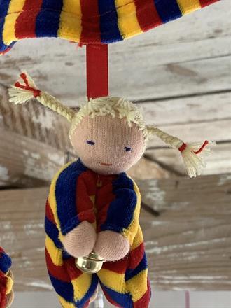 Varje docka ca 10 cm lång och med guldbjällra.