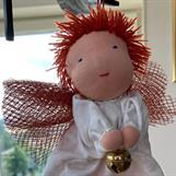 Kort rött hår och röda vingar - stor bjällra!