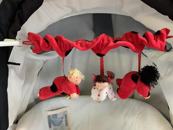 Barnvagnsmobil - röd med 3 dockor - Klicka för att beställa!