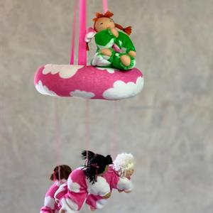 Dockmobil i rosa ring med 4 dockor
