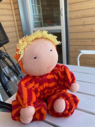 SÅLD! Mellanbarn med luva och blond lugg - 300 Kr - Klicka för att beställa!