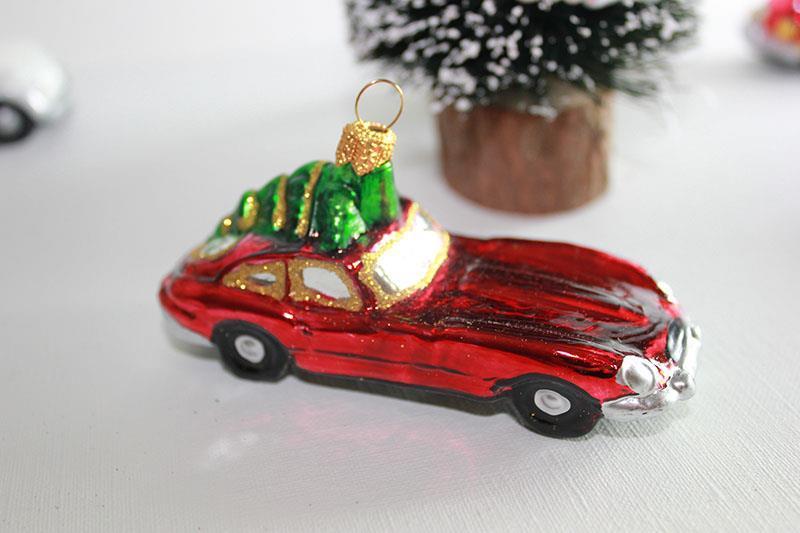 Rød bil med juletre