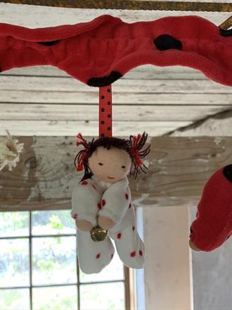 Varje docka ca 10 cm lång och med guldbjällra!